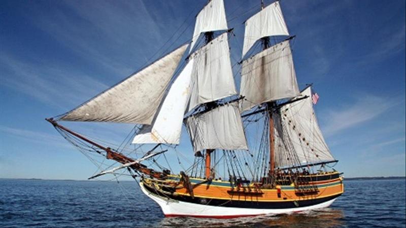 Tàu thủy là một phương tiện thường được sử dụng để di chuyển trên đường biển