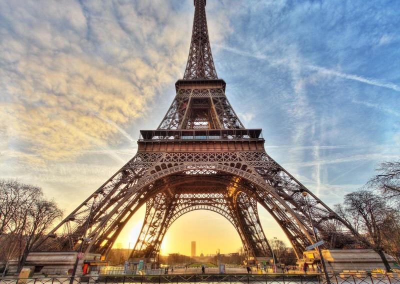 Chiêm bao thấy tháp Eiffel tượng trưng cho sức mạnh và sự trường tồn