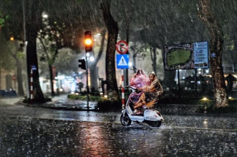 Chiêm bao đi du lịch cùng người yêu gặp mưa to